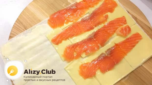 Для приготовления закуски из лаваша с красной рыбой, по простому рецепту нарежьте рыбу
