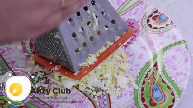 Для приготовления рулета из лаваша с разными начинками натираем яйца