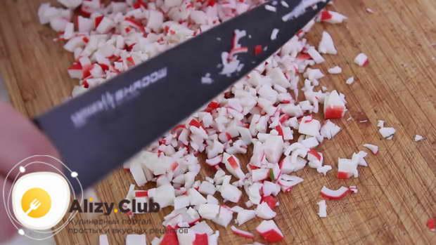 Для приготовления рулета из лаваша с разными начинками мелко режем крабовые палочки