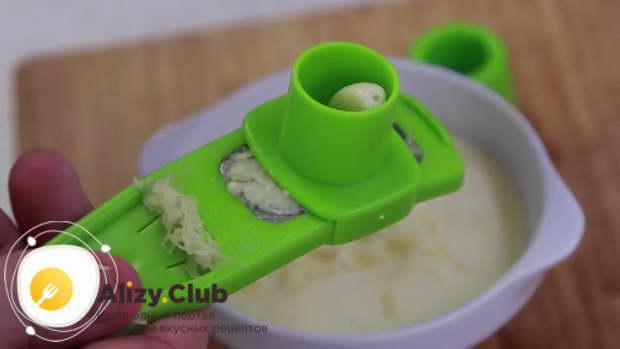 Для приготовления рулета из лаваша с разными начинками выдавливаем чеснок