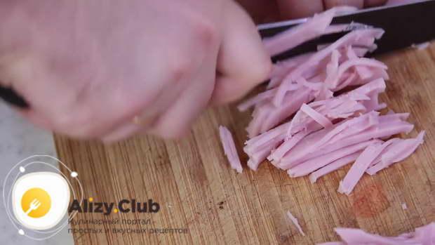 Порезать на мелкие полоски 300 грамм ветчины