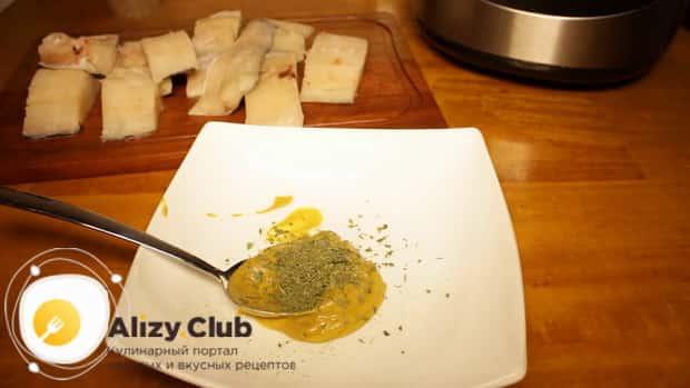 По рецепту, для приготовления рыбы с овощами в мультиварке приготовьте маринад