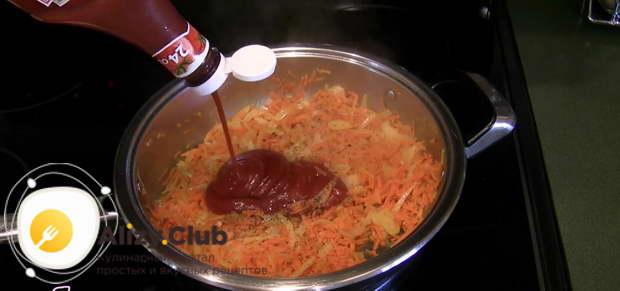 Добавляем четыре столовых ложки кетчупа