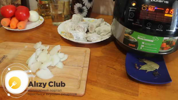 Нарезаем 150 грамм репчатого лука полукольцами
