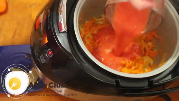 добавляем томатное пюре