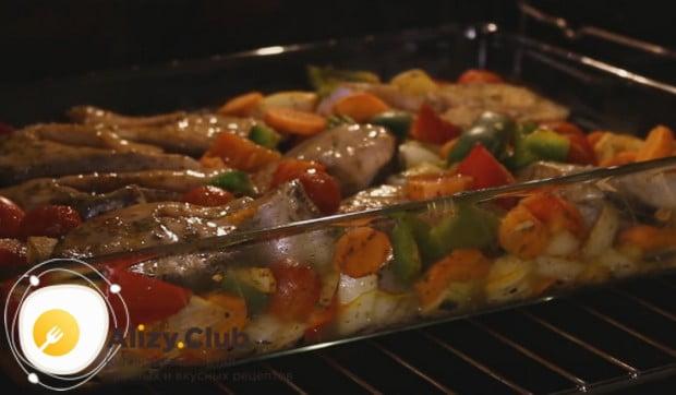 Под конец приготовления фольгу можно снять, чтобы блюдо подрумянилось.