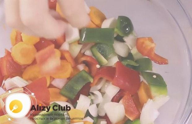Нарезаем морковку, лук и болгарский перец.
