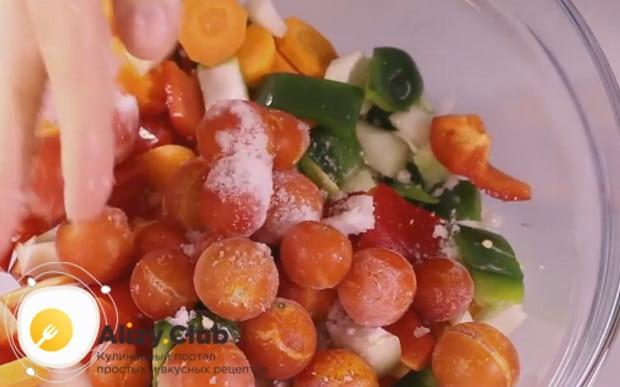 Добавляем к подготовленным овощам помидоры черри.