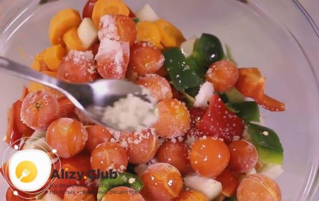 Солим овощи по вкусу и перемешиваем.