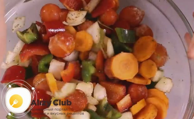 Перемешиваем овощи с добавлением растительного масла.