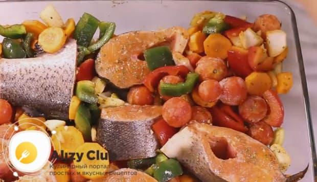 На овощи раскладываем кусочки рыбы.