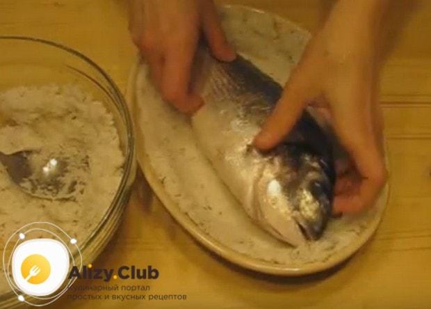 На соль укладываем рыбу.