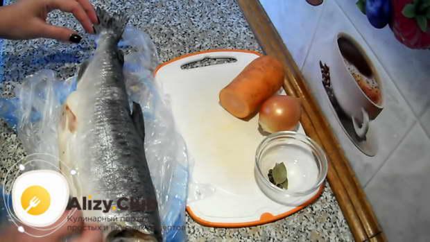 Почистив рыбу, берем обрезанные плавники и чешую, хорошенько моем