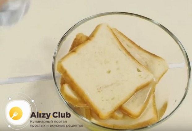 Для приготовления котлет из рыбы в духовке нам понадобится замоченный в воде хлеб.