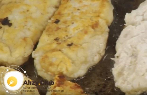 Немного обжариваем котлеты на разогретой сковороде с растительным маслом.