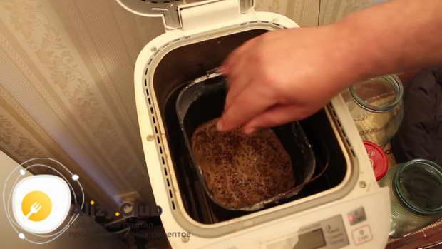 Поверх теста высыпаем обжаренные семена кунжута