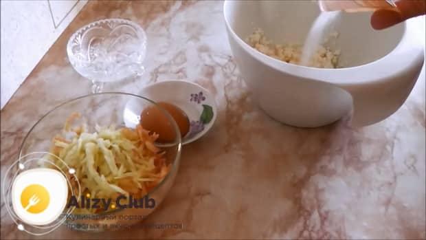 Для приготовления шарлотки на кефире с творогом и яблоками, приготовьте начинку