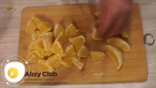 Два апельсина очищаем от кожуры и белых прожилок