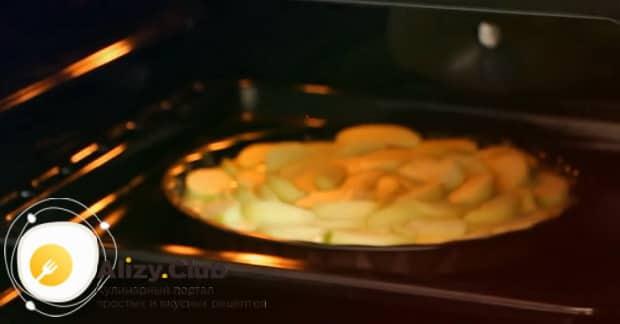 Для приготовления шарлотки с творогом и яблоками в духовке, разогрейте духовку