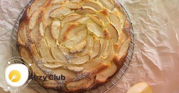 Вкусная шарлотка с творогом и яблоками в духовке готовы