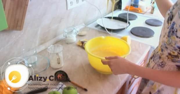 Для приготовления шарлотки с творогом и яблоками в духовке, добавьте все ингредиенты для теста