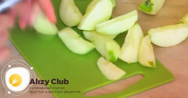 Для приготовления шарлотки с творогом и яблоками в духовке,очистите яблоки