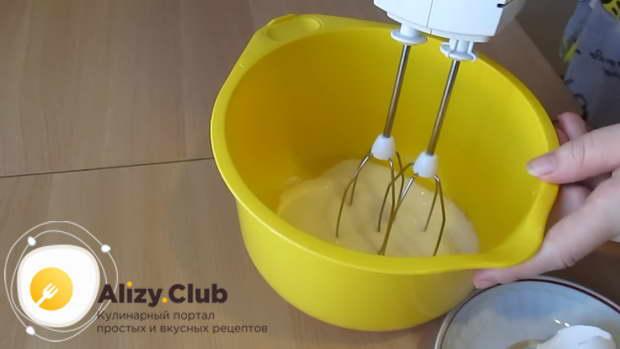 Яйцо разбиваем в глубокую посуду
