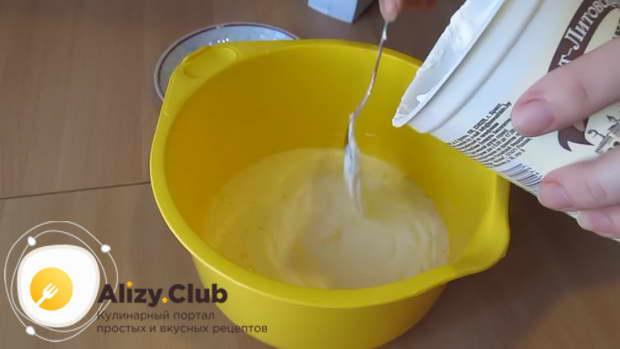 К сахарно-яичной смеси добавляем 200 г сметаны