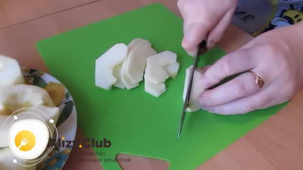 Промываем и очищаем от кожуры 450 г яблок