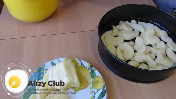 Дно формы закрываем половиной нарезанных яблок