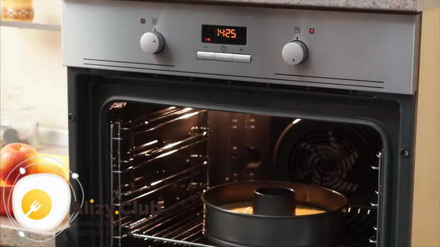 Ставим пирог в духовку на 30 минут