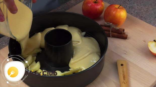Бисквитным тестом покрываем яблоки