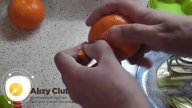 Очищаем 2 мандаринки