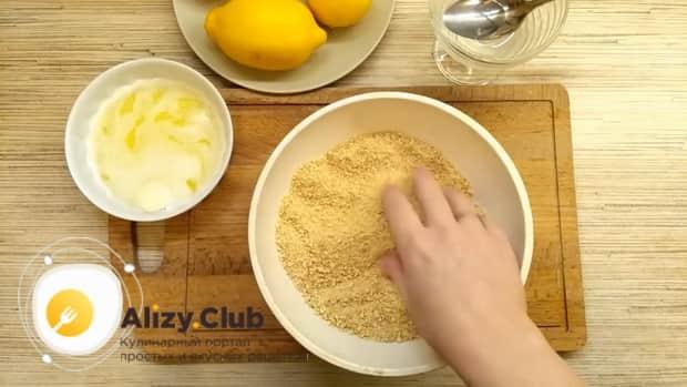 Для приготовления лимонного торта. измельчите печенье.
