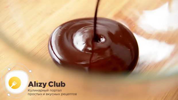 Растопленную шоколадную массу переливаю в глубокую посудину