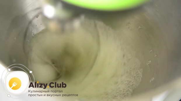 В другой глубокой чаше взбиваю белки четырех яиц с добавлением чайной ложки винного уксуса