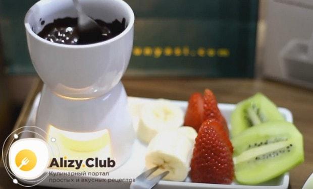 Шоколадное фондю, приготовленное в домашних условиях, станет прекрасной легкой закуской в сочетании с различными фруктами.