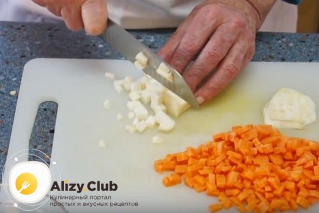 Мелким кубиком нарезаем корень сельдерея и морковку.