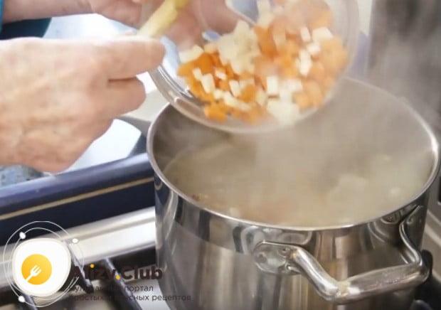 Выкладываем овощи в суп.