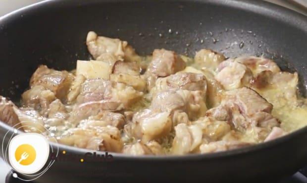 Выкладываем в сковороду мясо и обжариваем до румяной корочки.
