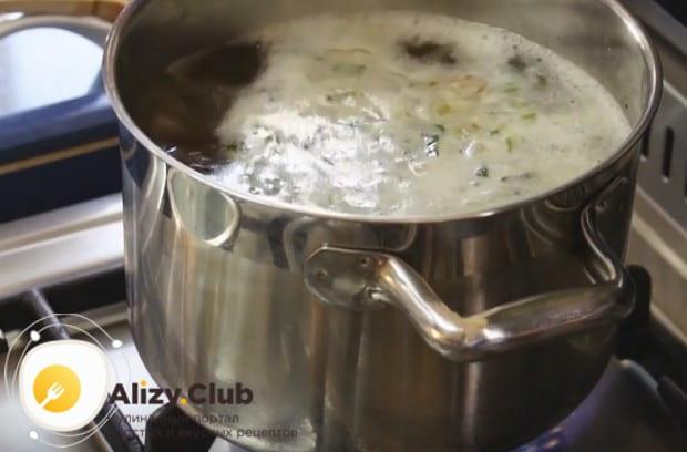 Перекладываем все со сковороды в кастрюлю с кипящей водой.