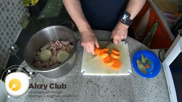 Для приготовления шулюма из баранины по пошаговому рецепту с фото, нарежьте овощи.