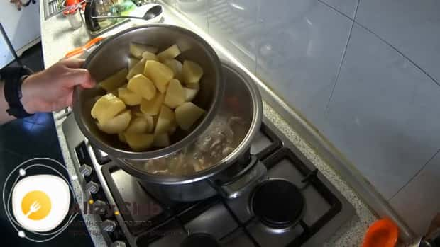 Для приготовления шулюма из баранины по пошаговому рецепту с фото, добавьте картофель