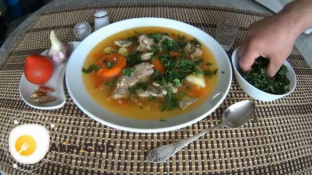 Для приготовления шулюма из баранины по пошаговому рецепту с фото, нарежьте зелень.