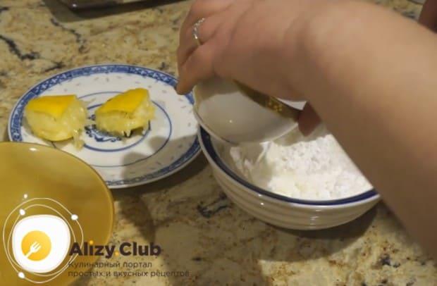 перемешивая, добавляем капельку воды, чтобы глазурь не крошилась.