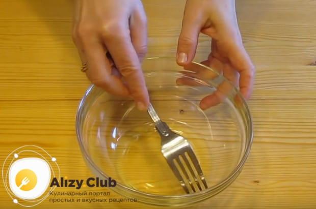Чтобы приготовить глазурь из белков и сахарной пудры, важно сначала удалить из белка жгутик.