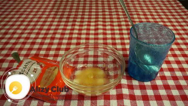 Чайную ложку желатина заливаем 2 столовыми ложками холодной воды