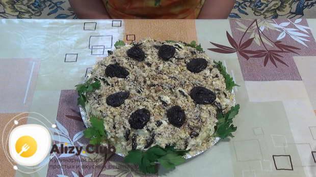 Украсьте салат принц крупными кусочками орехов
