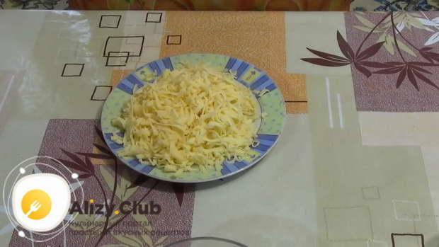 Измельчите на крупной терке 200 г сыра