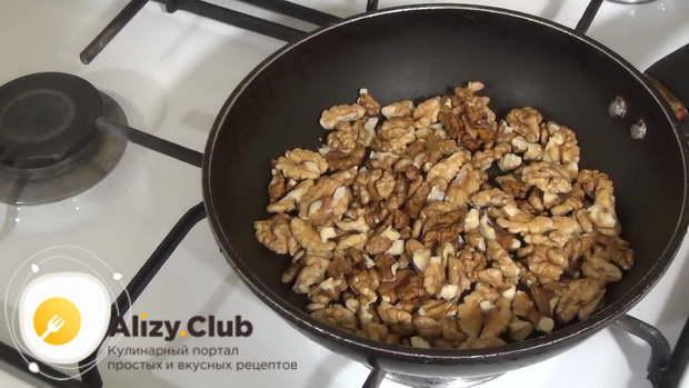обжарьте 150 г грецких орехов